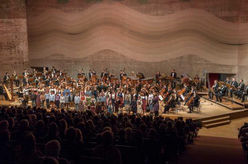 Mädchenkantorei der HfKM, Symphonieorchester der Universität Regensburg, Foto: © Uwe Moosburger