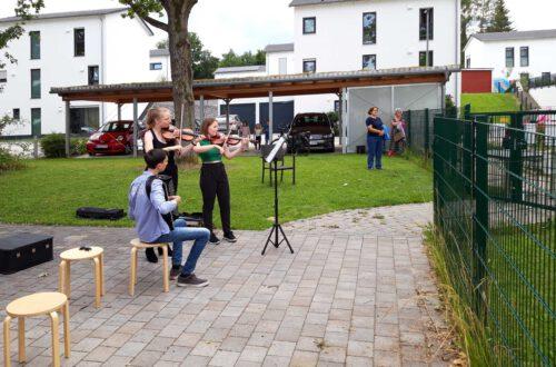 Anja Zogler und Charlotte Richter - Violine, Simon Csokan - Akkordeon